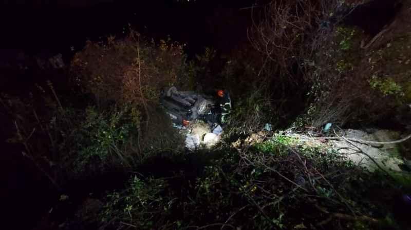 Yoldan çıkarak şarampole uçan otomobilin sürücüsü ağır yaralandı