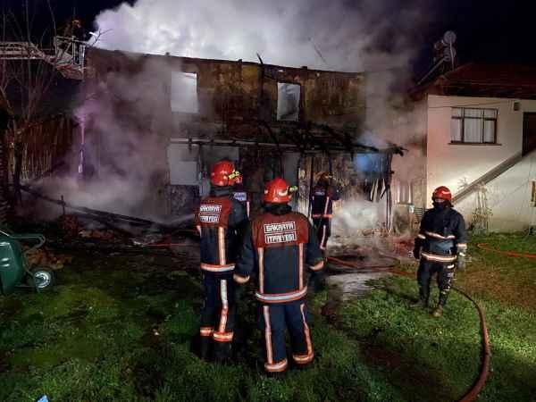 Sakarya'da ahşap evde çıkan yangın söndürüldü