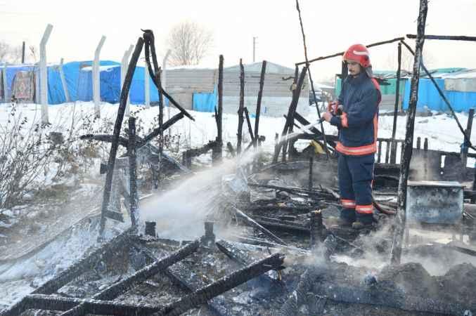 Sakarya'da çıkan yangında baraka kullanılamaz hale geldi