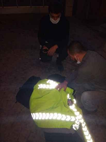 Bir anda yere yığıldı! Yardımına polis memuru koştu
