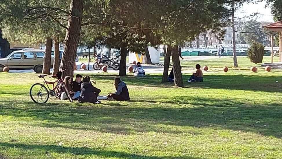 Misafirlik yasak, parkta sıfır mesafeli sosyalleşmek serbest!