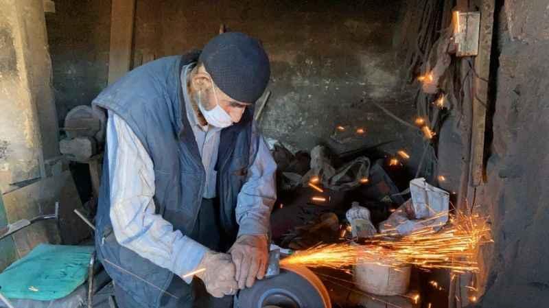 63 yıldır ekmeğini ateş ve örsten çıkarıyor