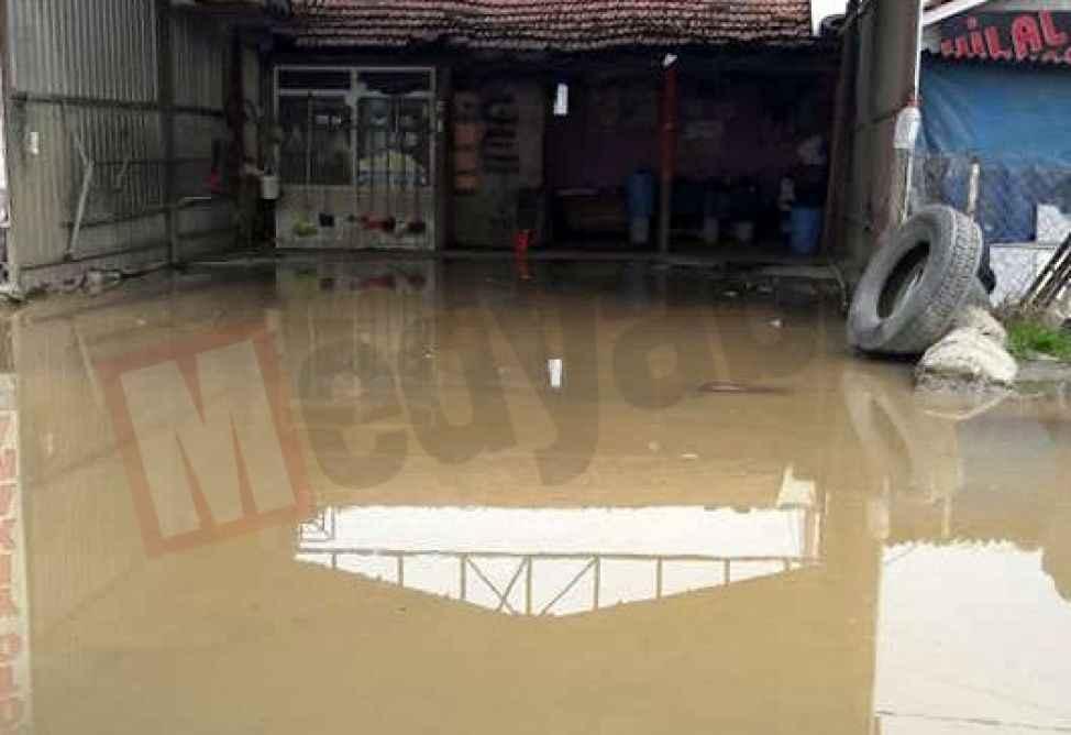 İçme suyu borusu patladı, iş yerlerini su bastı!
