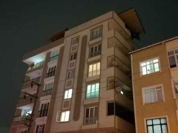 Fırtınanın uçurduğu çatı, başka bir binanın üzerinde saatlerce asılı kaldı
