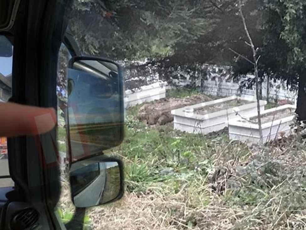 Yoldan geçerken annesinin mezarını yerinde göremeyince şok yaşadı!
