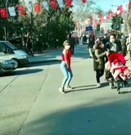 Kahramanmaraş'ta kırmızı ışıkta Twerk dansı yaptı