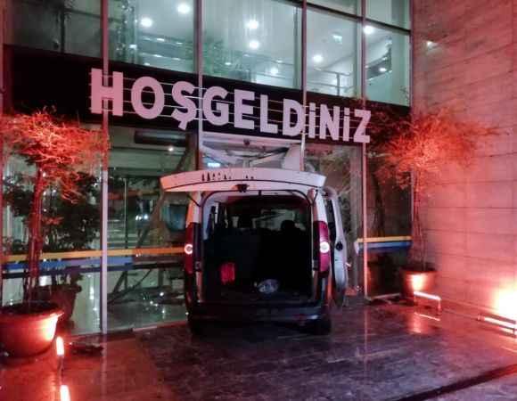 """Kocaeli'de polisin """"dur"""" ihtarına uymayan sürücü belediye binasının kapısına çarptı"""