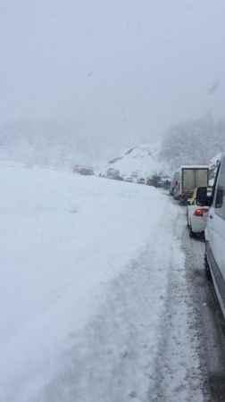 Zonguldak'ta karda yan dönen tır, trafiği durma noktasına getirdi