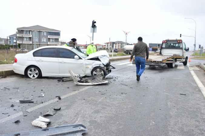 Karasu'da iki otomobilin karıştığı kazada 3 kişi yaralandı