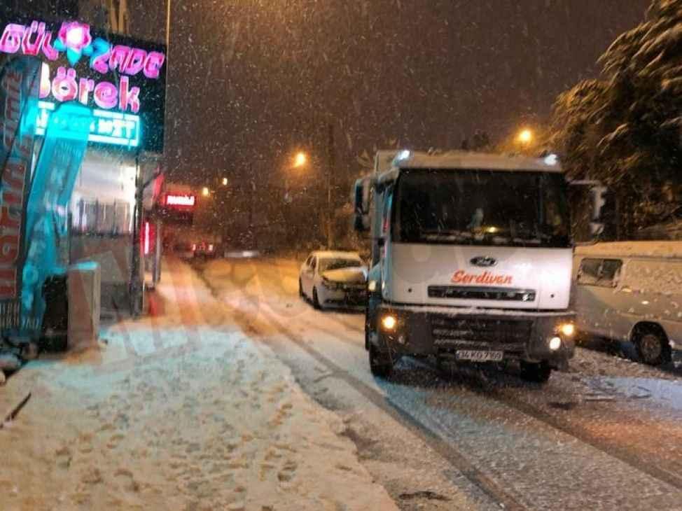 Kar etkisini artırdı, ara sokaklarda ulaşımda aksaklık yaşanıyor