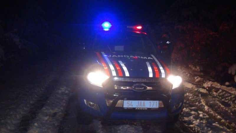 Araçlarıyla yolda mahsur kalan 2 kişinin imdadına jandarma ve SEDAŞ ekipleri yetişti
