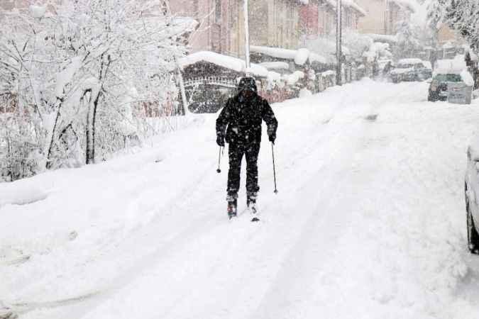 Kayak takımlarıyla sokak arasında karın keyfini en çok o çıkardı