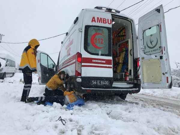 Karla kaplı yollarda kalan araçlar iş makineleriyle çekildi