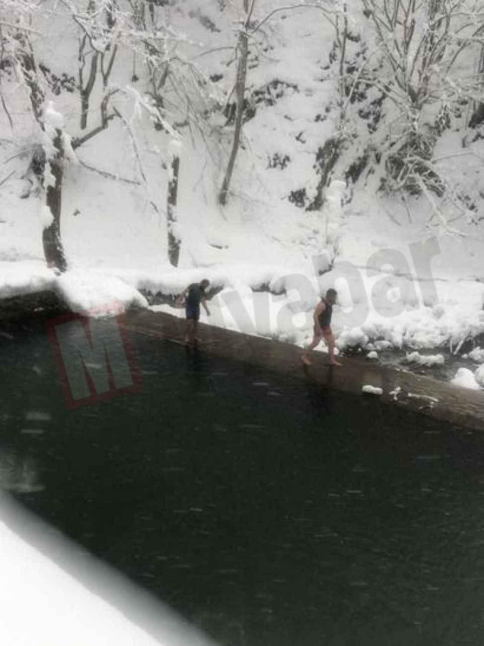 Dondurucu soğuğa aldırış etmeden buz gibi suda yüzdüler