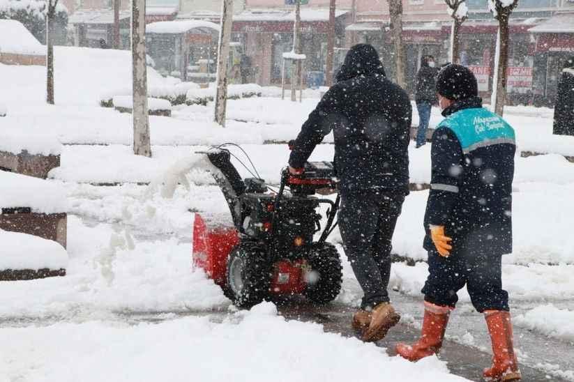 Kaldırımlar kar küreme araçlarıyla temizleniyor
