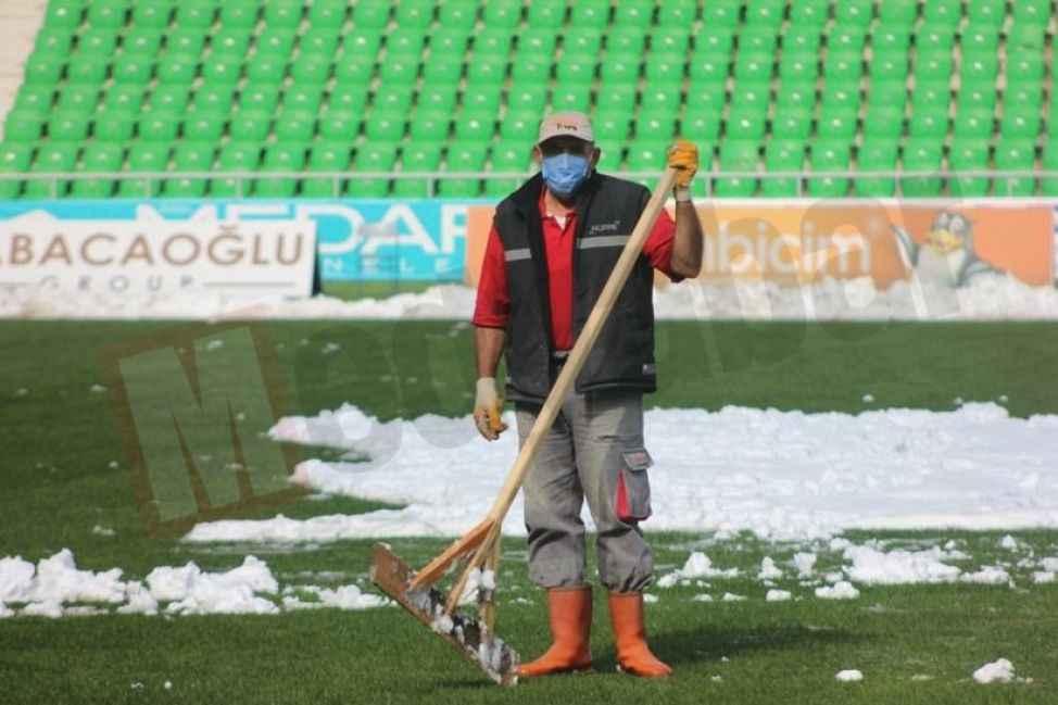 Stadyumun zemini maça hazırlandı!