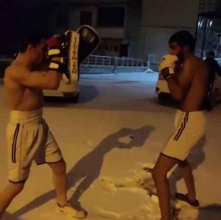 Elazığ'da, karda kick boks antrenmanı yaptılar