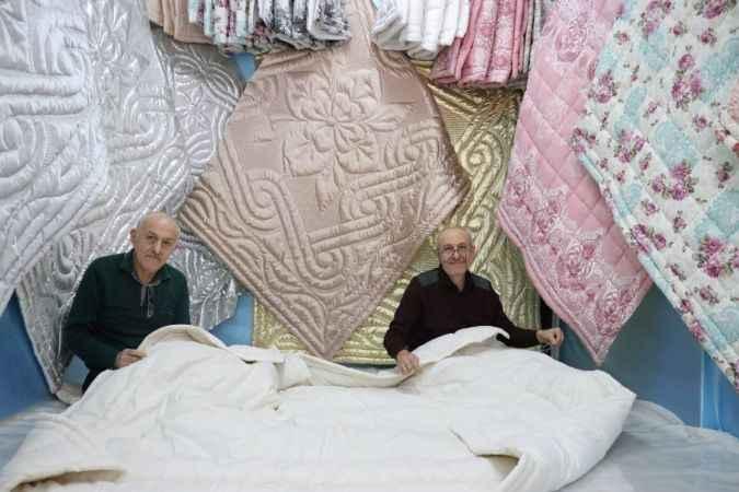 Birlikte 42 yıldır yorgan diken abi-kardeş, çalışma uyumuyla örnek oluyor