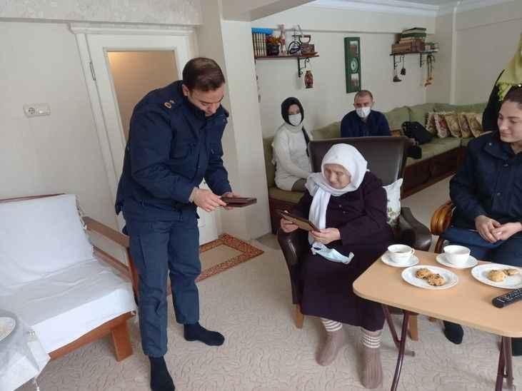 92 yaşındaki yaşlı kadının Mehmetçik için ördüğü atkılar askerlere ulaştırıldı
