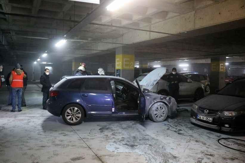 Kapalı otoparkta lüks araç alevlere teslim oldu