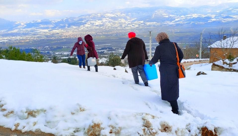 Sağlıkçılar kar kış demeden zor şartlar altında aşılama yapmaya devam ediyor