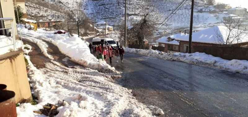 Servis buzlanan yolda kalınca, öğrenciler okula yürüme gitti
