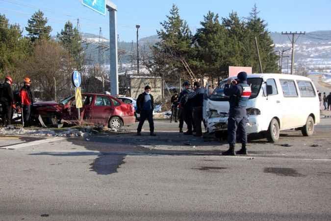D-100'de minibüsle otomobil çarpıştı: 2 yaralı
