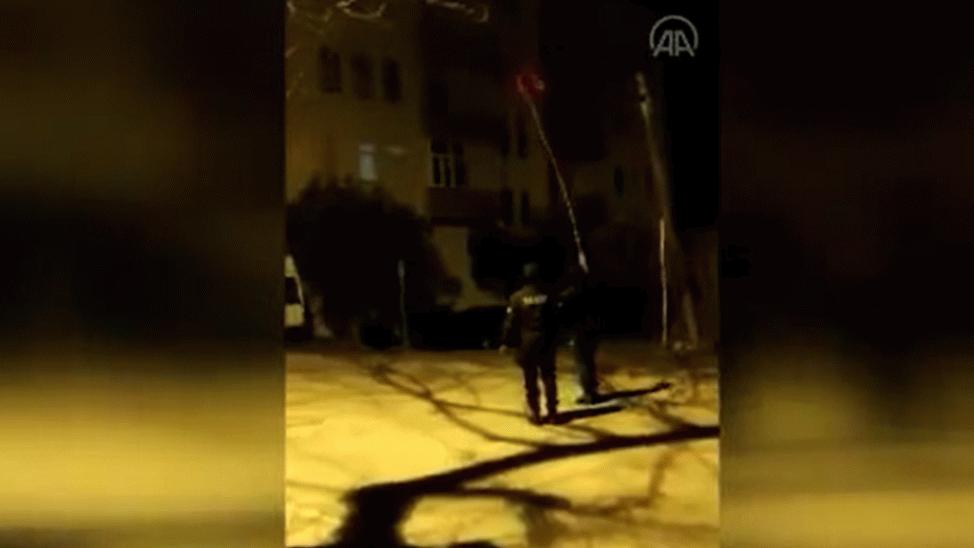 Sakarya'da bekçilerin bayrak hassasiyeti kameraya yansıdı
