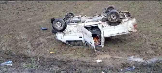 Karasu'da otomobil ile çarpışan kamyonet tarlaya uçtu!: 3 yaralı