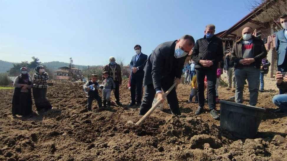Vali Pamukova'da çapa yapıp patates ekti..