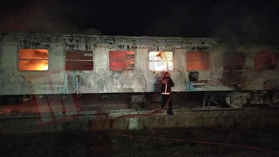 Pamukova'da TCDD'nin hurdaya ayırdığı iki vagon yandı