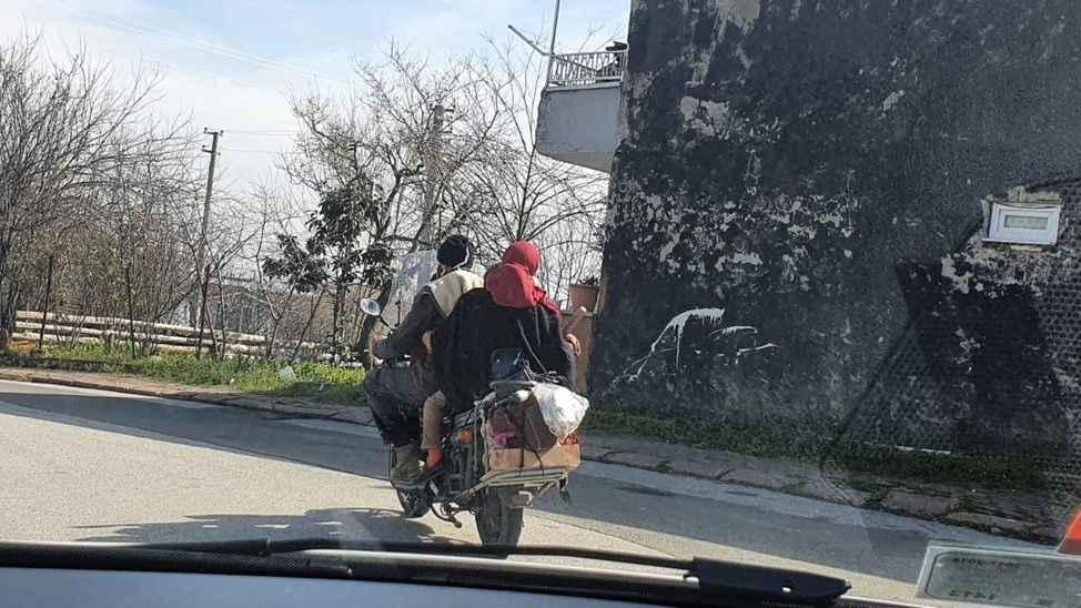 Bir motosiklette bir aile!