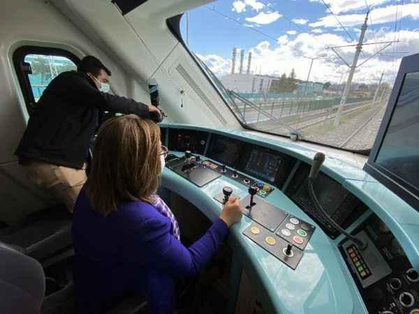 Başkan Şahin makinist koltuğuna oturarak Milli Elektrikli Tren'i test etti