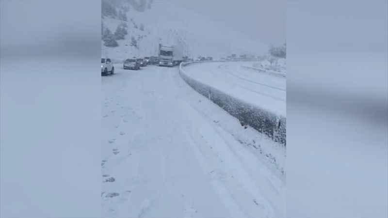 Kar yağışı nedeniyle kapanan Antalya-Denizli kara yolu kontrollü olarak ulaşıma açıldı
