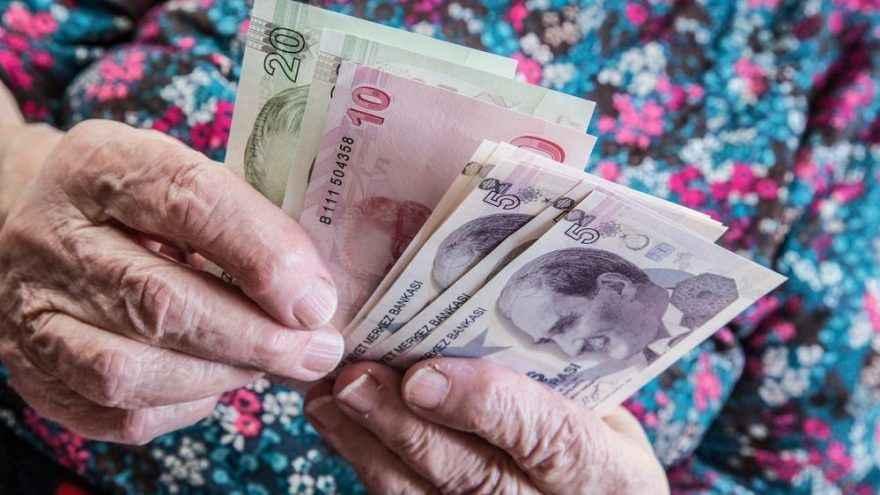 Sosyal medyada örgütlenen emekliler 3 bin lira ikramiye istiyor