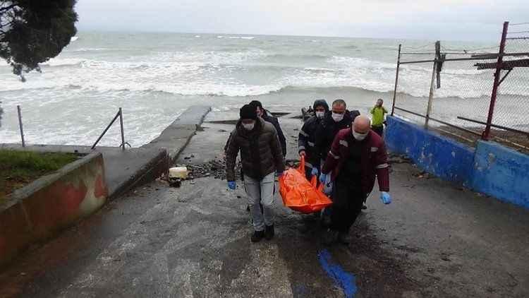 Yaşlı adamın cesedi sahile vurdu!Karasu'dan sahil güvenlik ekipleri de aramıştı...