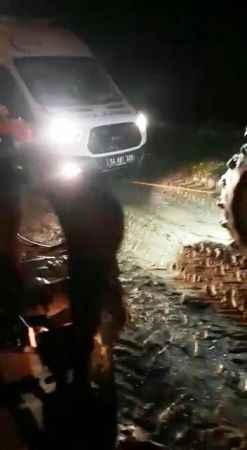Çamura saplanan ambulansı traktörle kurtardılar