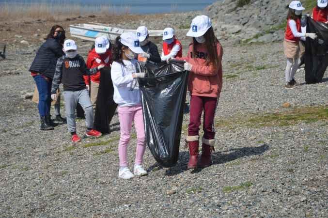 İlkokul öğrencileri Sapanca Gölü'nde kıyı temizliği yaptı