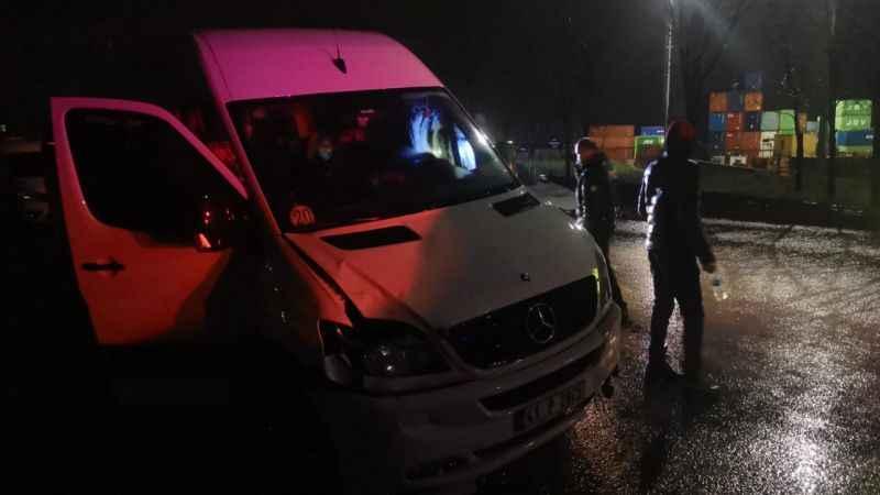 Kocaeli'de yolun karşısına geçmek isterken işçi servisinin çarptığı Özbekistan uyruklu kadın yaralandı