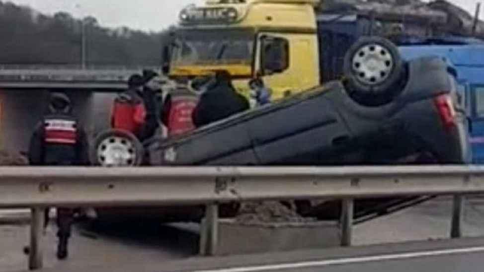 Karasu yolunda kaza! Takla atarak refüje düştü: 1 yaralı