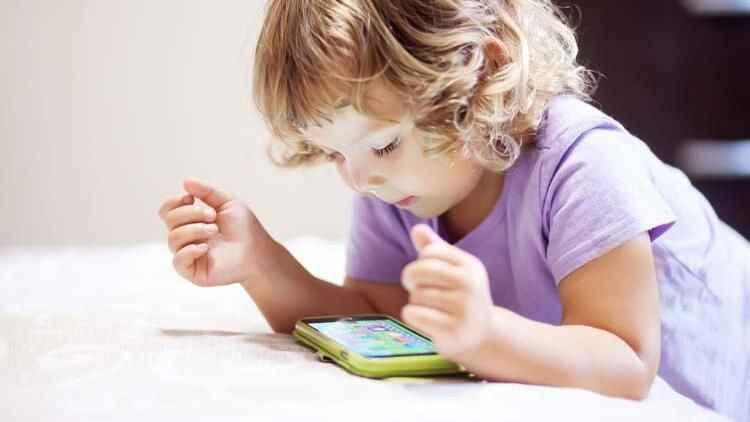 'Aşırı cep telefonu veya tablet kullanımı çocuğunuzun gözüne zarar verebilir !'