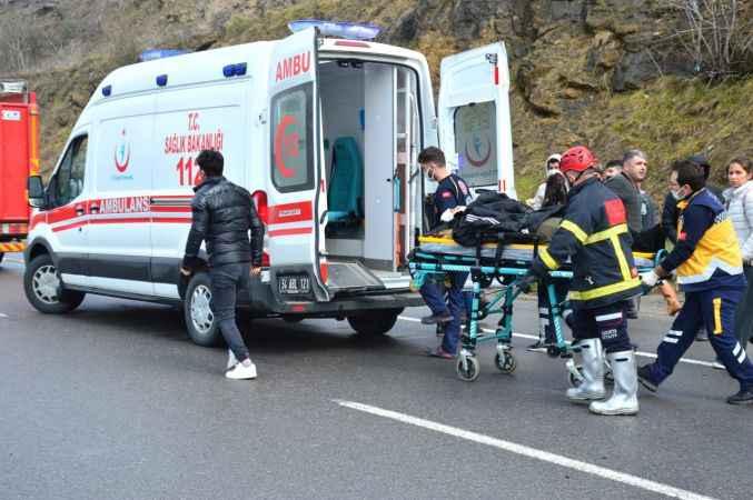 Sakarya'da otomobil bariyerlere çarptı: 1 yaralı