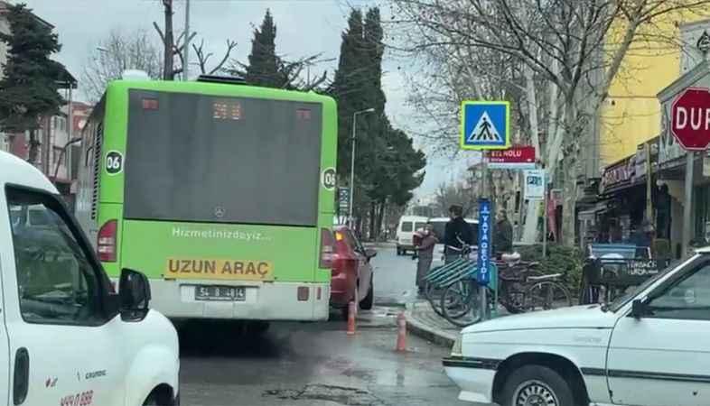 Yanlış park edilen aracı vatandaşlar yolun kenarına itti