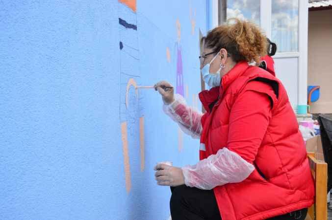 Türk Kızılay gönüllüleri, Sakarya'da okul duvarlarını boyadı