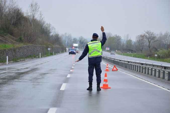 Sakarya'da kaza yapan kamyonetin sürücüsü yaralandı