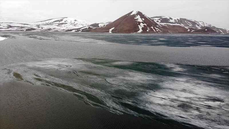 Ağrı'daki buzla kaplı doğa harikası Balık Gölü çözülmeye başladı