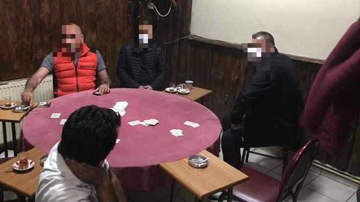 Karantinada olması gereken kişi kumar masasında yakalandı!