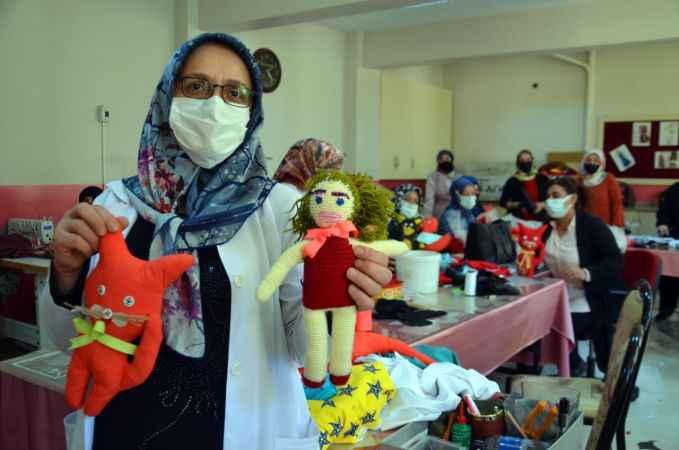 Muşlu kadınlar, atık malzemelerden çocuklar için oyuncak üretti