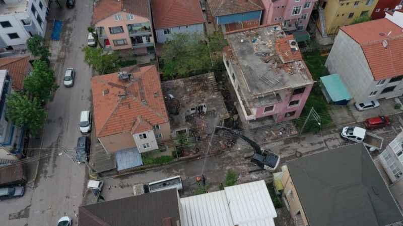 Kocaeli'de 17 Ağustos 1999 Marmara Depremi'nde hasar gören 2 binanın yıkımı yapıldı