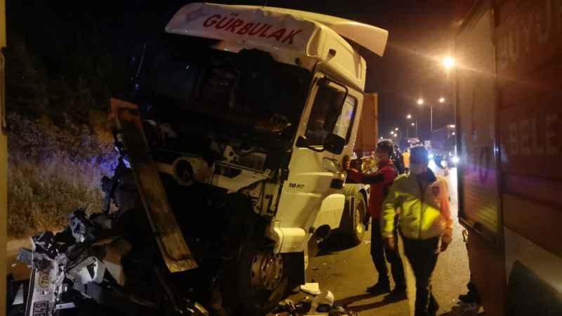 Kocaeli'de 3 tırın karıştığı kazada bir sürücü yaralandı
